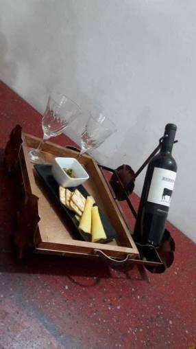Bandeja artesanal con porta vino