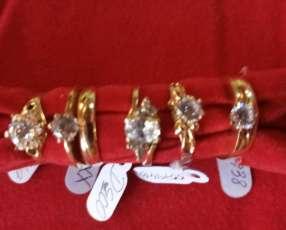 Variedad de anillos solitario con piedras