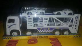 Camión blanco con 4 autitos