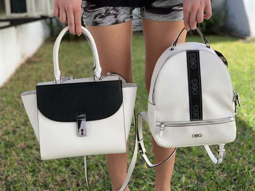 Cartera y mochila Guess - 0