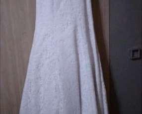 Vestido de novia talle mediano, con bordados y velo