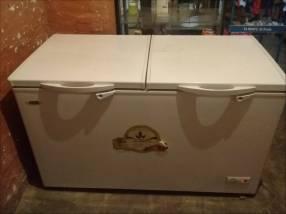 Visicooler y un freezer de 2 puertas estantes caja