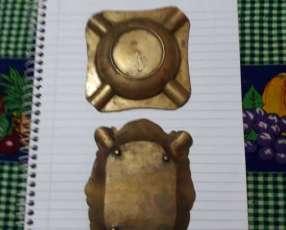 Ceniceros antiguos y una moneda paraguaya
