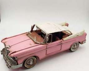 Auto antigüo en miniatura de lata