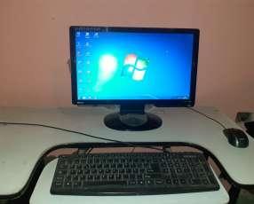 Computadora de mesa beg con una impresora HP