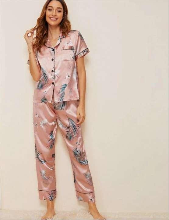 Pijama satén rosado hojas celeste mangas corta pantalón - 0