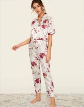 Pijama blanco floreado de satin