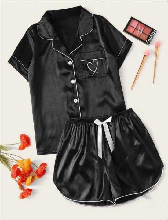 Pijama negro short y manga corta detalle de corazón - 0