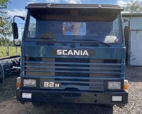Scania 82M con grúa