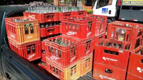 Caja con envase de Coca cola 200 ML y pilsen.i