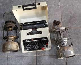 Maquina de escribir y lámpara