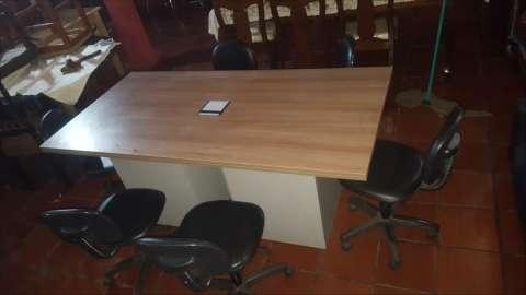 Mesa para reunión con 6 sillas y enchufes para computadoras