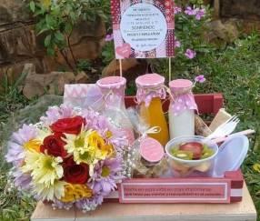 Canasta de desayuno con flores