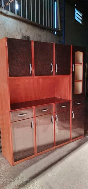 Cristalero de madera con puerta de vidrio