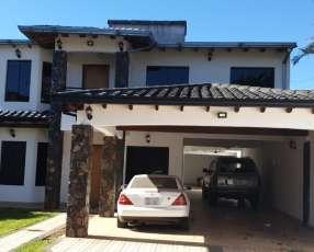 Casa en centro de Ñemby sobre asfalto