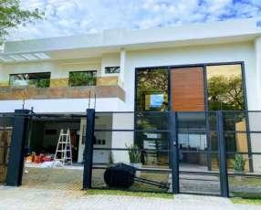 Casa moderna en luque, zona conmebol. f3241.