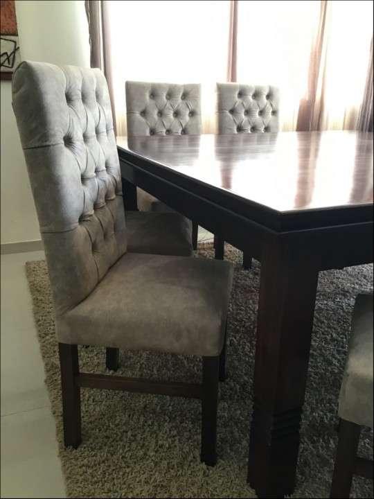 Mesa Cabrini con 8 silla tapizadas - 6