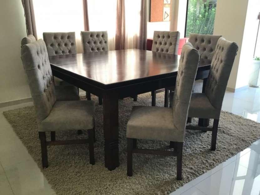 Mesa Cabrini con 8 silla tapizadas - 4