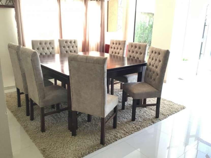 Mesa Cabrini con 8 silla tapizadas - 5