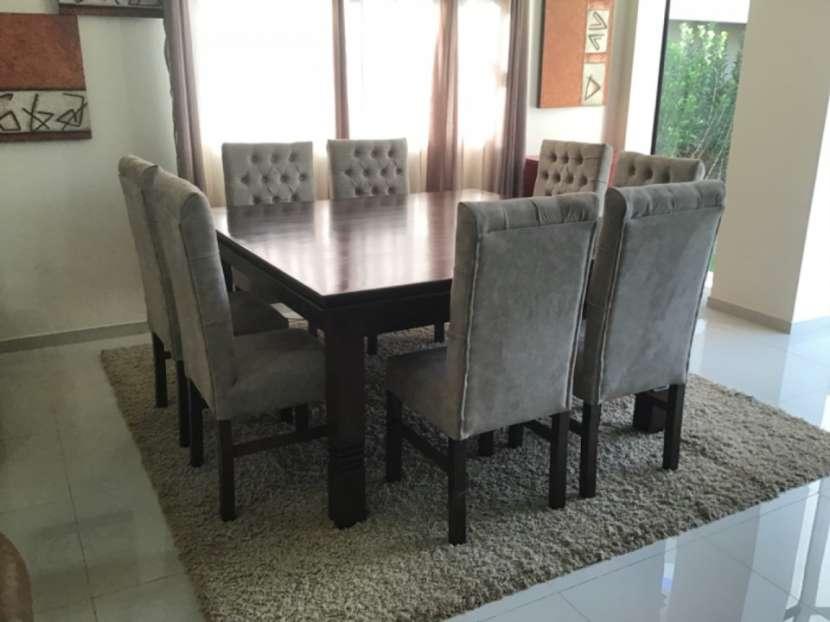 Mesa Cabrini con 8 silla tapizadas - 7
