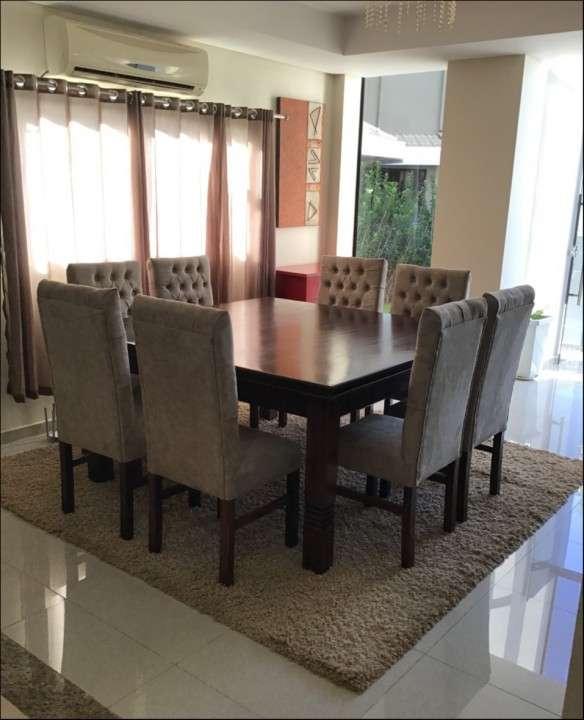 Mesa Cabrini con 8 silla tapizadas - 0