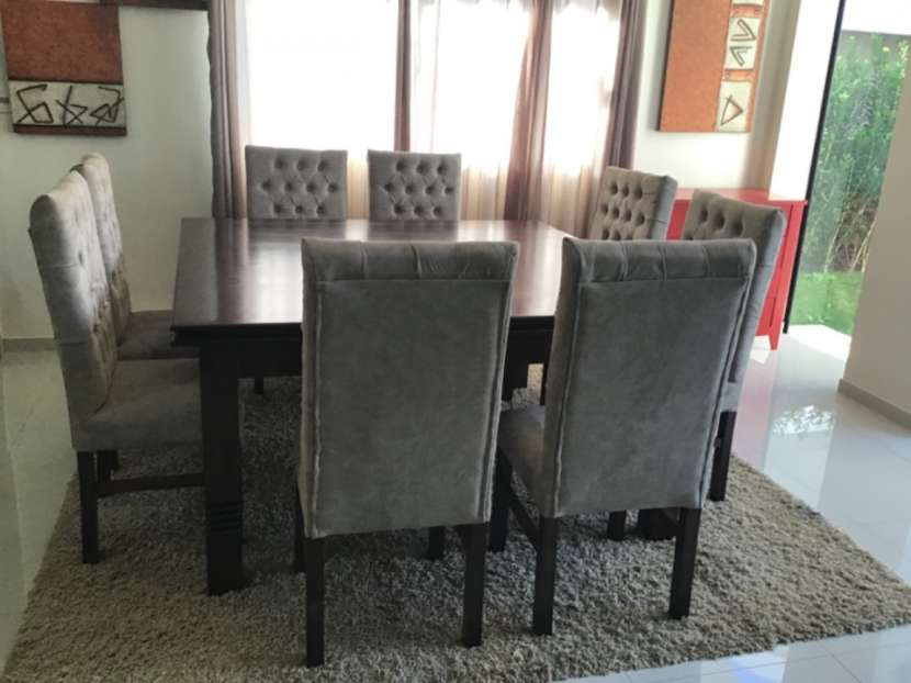 Mesa Cabrini con 8 silla tapizadas - 3