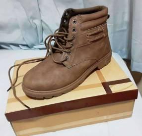 Bota para caballero calce 41, único color y calce disponible