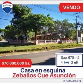 Casa en esquina con amplio patio en Zeballos Cué