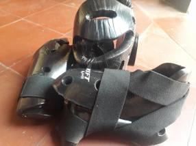 Protectores negros para cabeza, puños y pies para entrenamiento