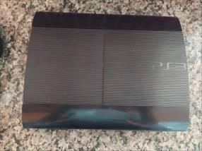 PS3 Slim con tres controles y tres discos