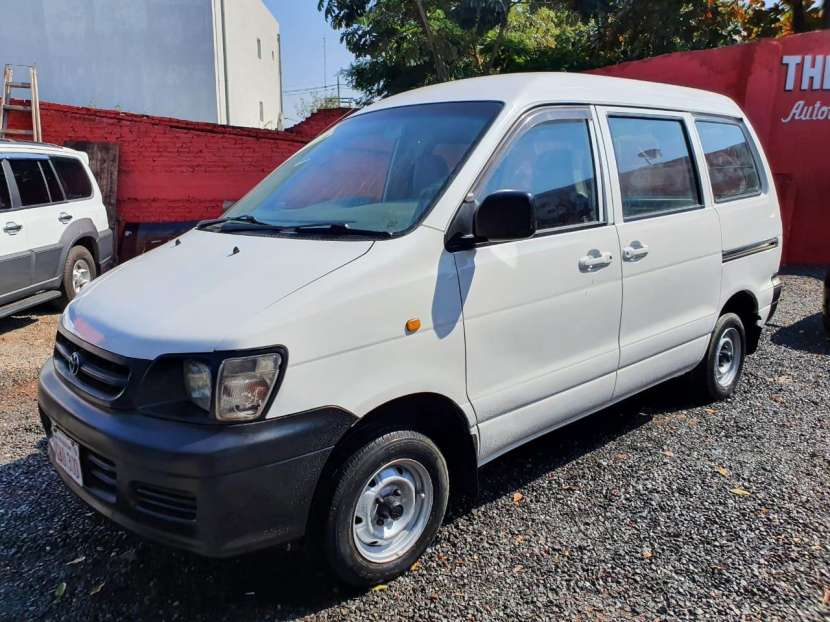 Toyota Noah 2003 - 2