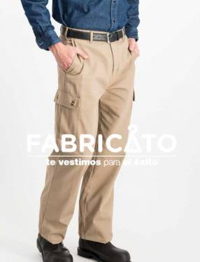 Pantalón carpintero tipo cargo color beige