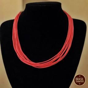Collar de hilos de colores