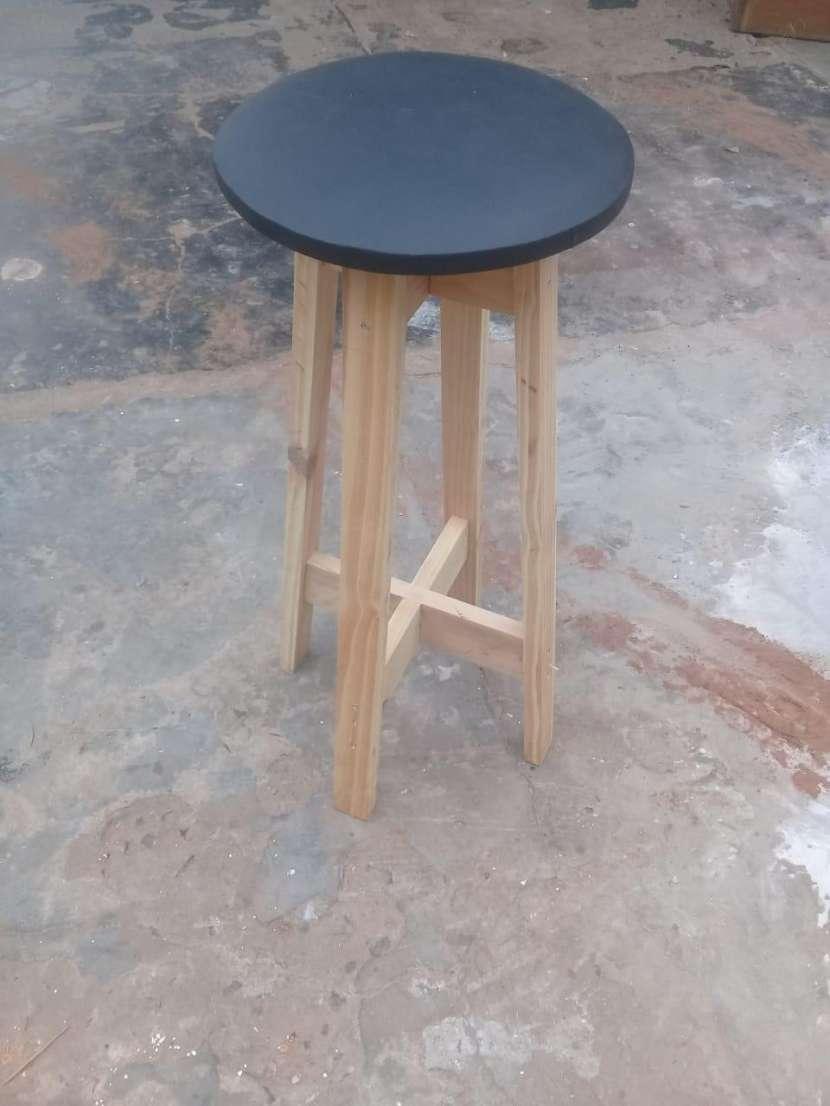 Butaca de madera con cuerina - 1