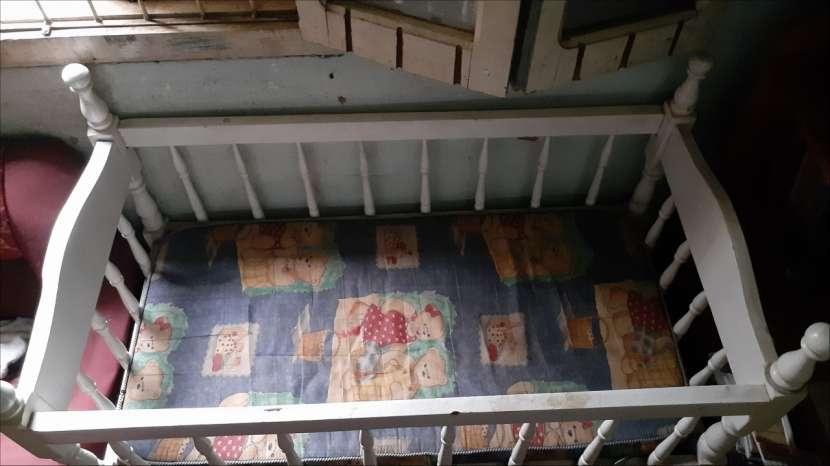 Cuna de madera con colchón - 1