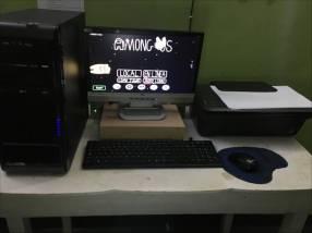 PC de escritorio con todos sus accesorios