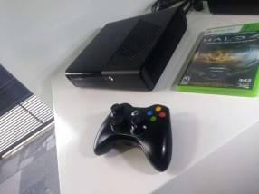 Xbox 360 UltraSlim con un Control y un Juego Halo 4
