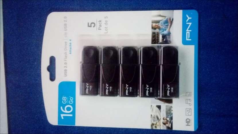 Unidad de memoria flash USB 2.0 de 16 GB - 2