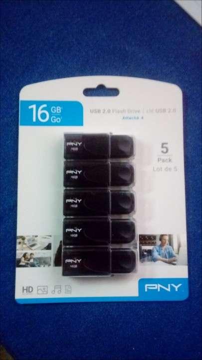 Unidad de memoria flash USB 2.0 de 16 GB - 0