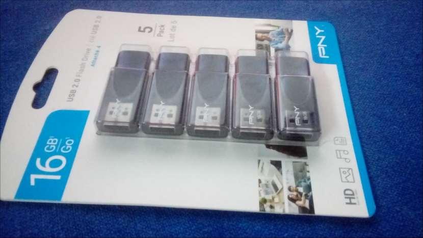 Unidad de memoria flash USB 2.0 de 16 GB - 1