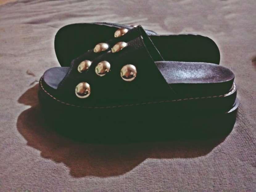 Sandalias con tachas calce 37/38 - 2