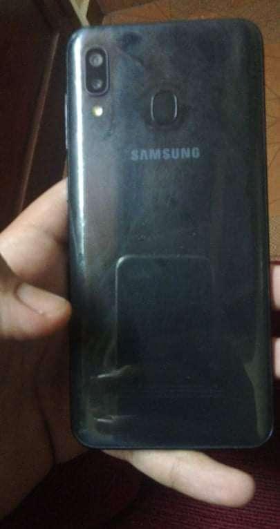 Samsung Galaxy A20 con su caja y cargador original - 1