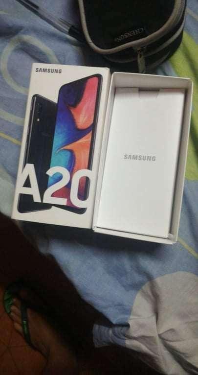 Samsung Galaxy A20 con su caja y cargador original - 2
