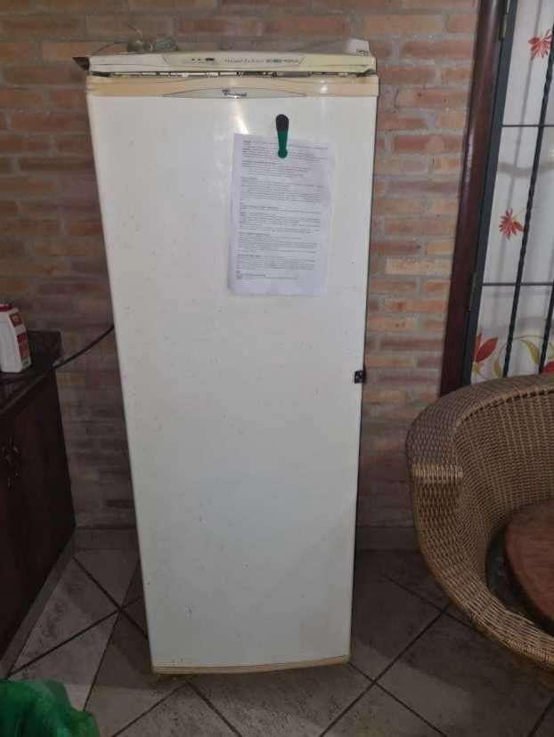 Freezer vertical Whirlpool - 1