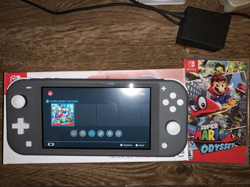 Nintendo Switch Lite y un juego - 0
