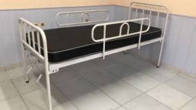 Cama articulable de 2 posiciones manual c/ colchón de base