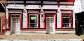 Casa colonial en centro comercial de luque