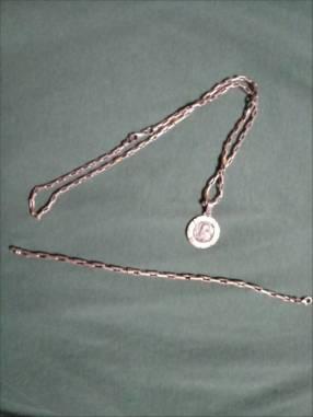 Cadena con dije medalla San Benito y pulsera