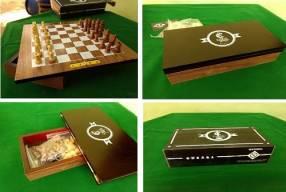 Pequeño juego de ajedrez con tablero giratorio