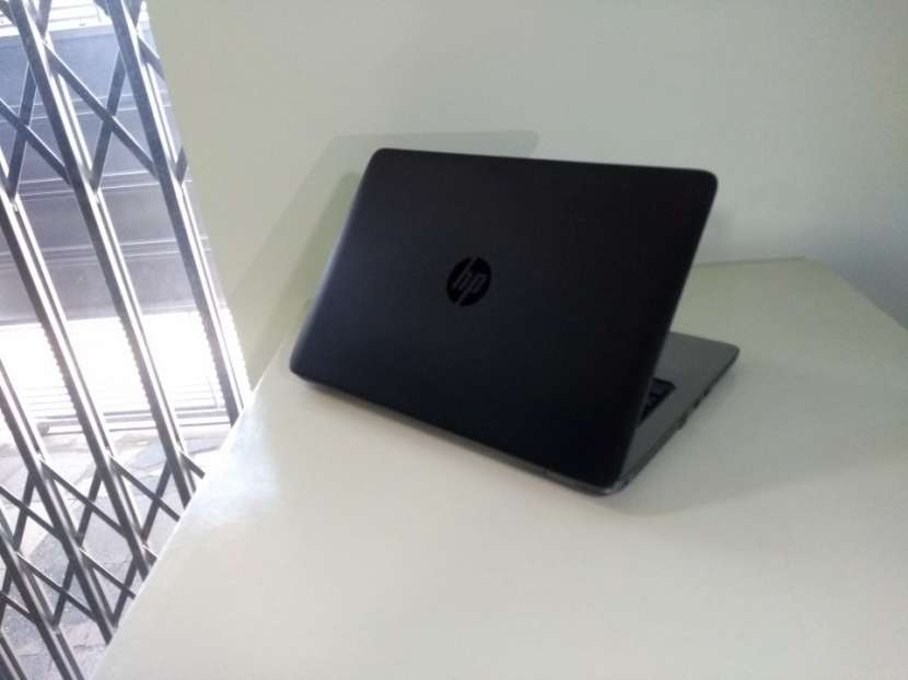 HP EliteBook 14 pulgadas i5 8gb 180gb ssd gráfica AMD - 4